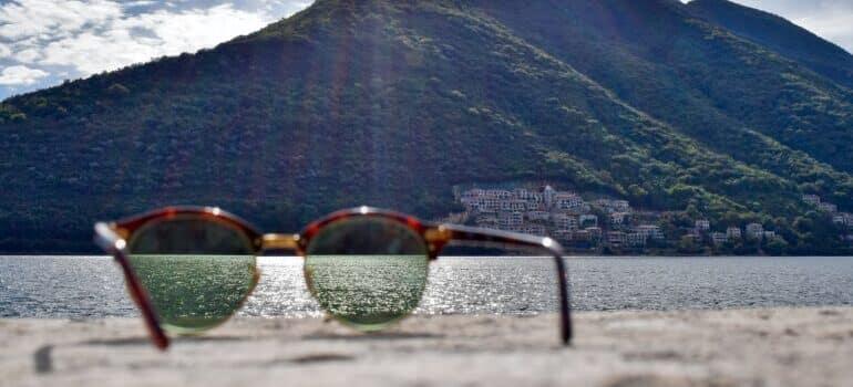 Naočare za Sunce kroz koje se vidi more