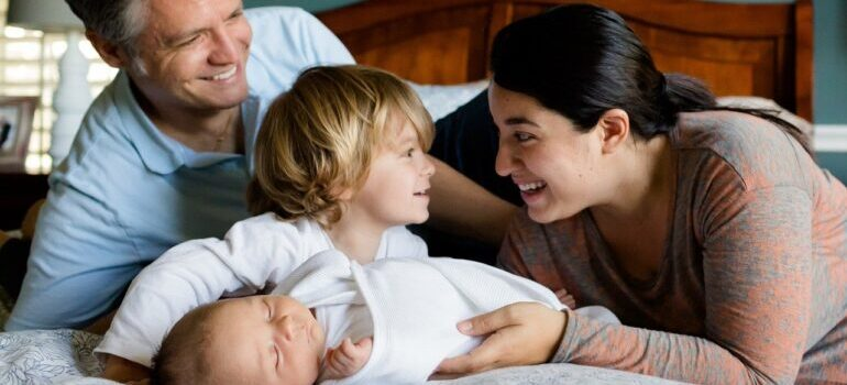 srećna porodica na krevetu