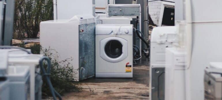 Stare veš mašine koje klijenti ostavljaju umesto da organizuju selidbe bele tehnike