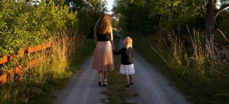 Mama i ćerka u šetnji