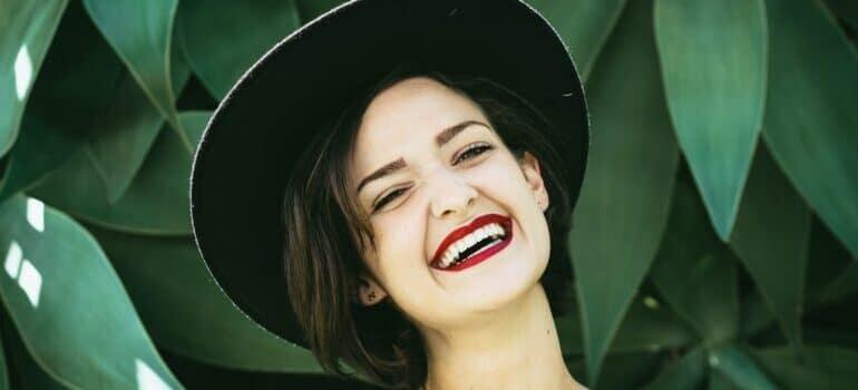 devojka koja se smesi