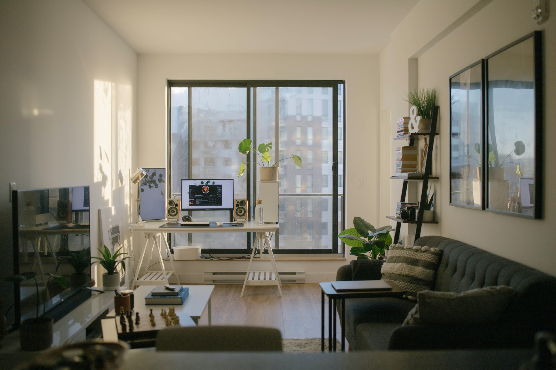 odnošenje starog nameštaja napraviće mesta za novu i modernu dnevnu sobu