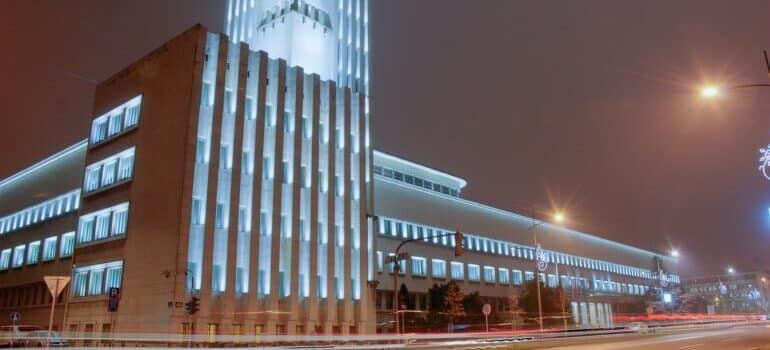 osvetljena zgrada u Novom Sadu