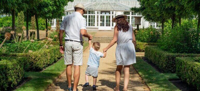Porodica ispred kuće