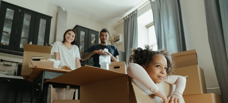 Porodica okružena kutijama za pakovanje