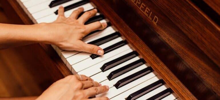 klavir i ruke koje sviraju