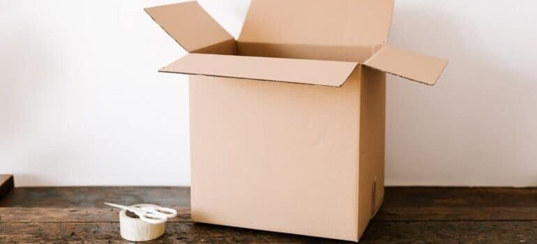 kartonska kutija, selotejp i makaze