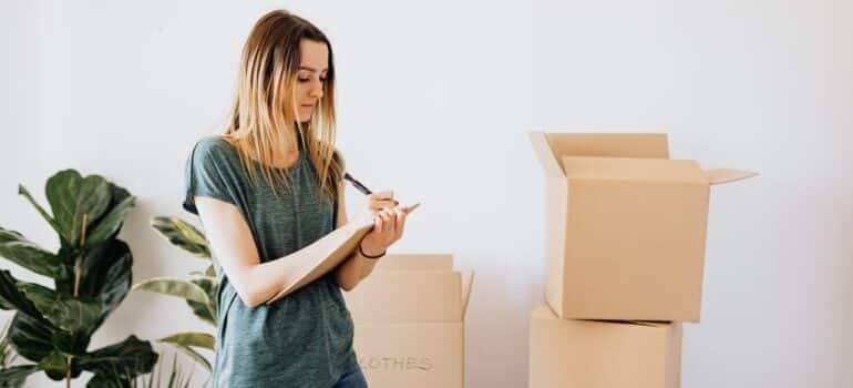 Radnik u kompaniji pakuje kutije u vozilo