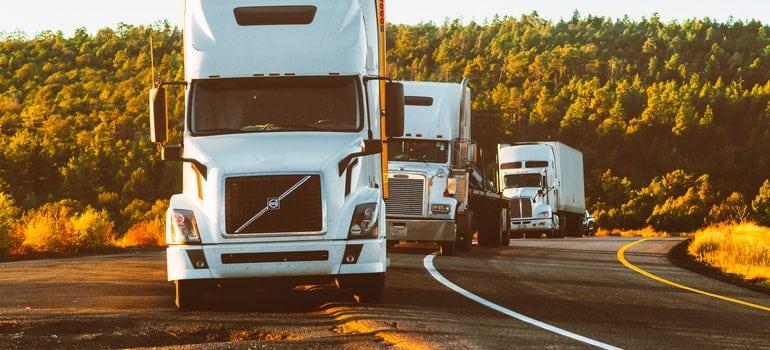 Tri bela kamiona na putu