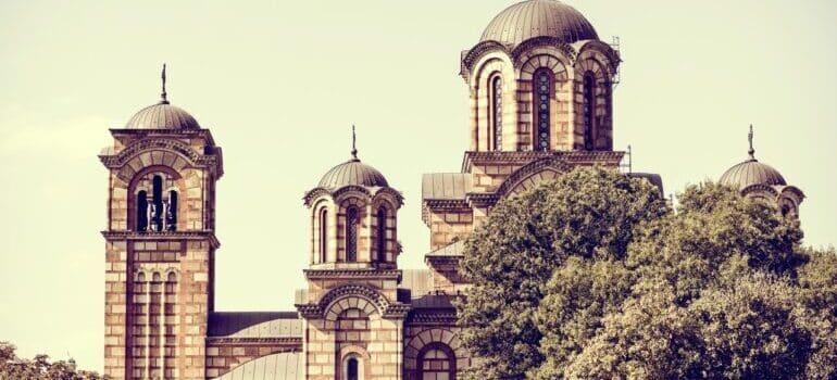 Crkva Svetog Marka među drvećem