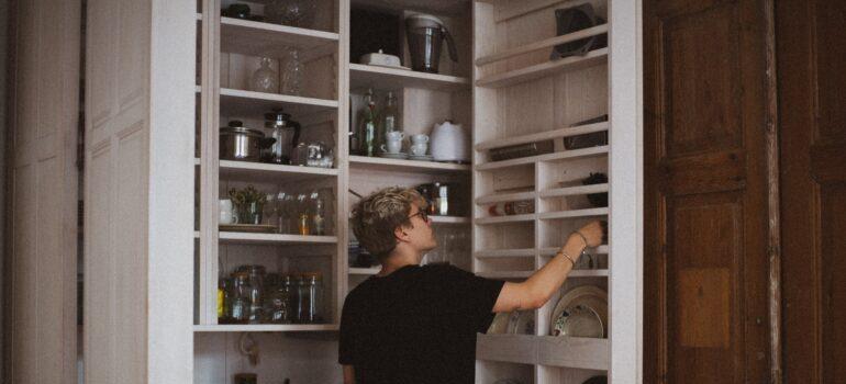 Veliki kuhinjski ormar koji ćete morati da transportujete kroz selidbe specijalnih predmeta