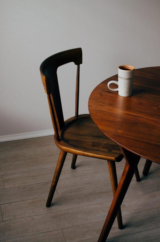 Sto i stolica od drveta koje je veoma osetljivo pa je najbolje naučiti kako da zaštitite nameštaj tokom selidbe pre nego što spakujete