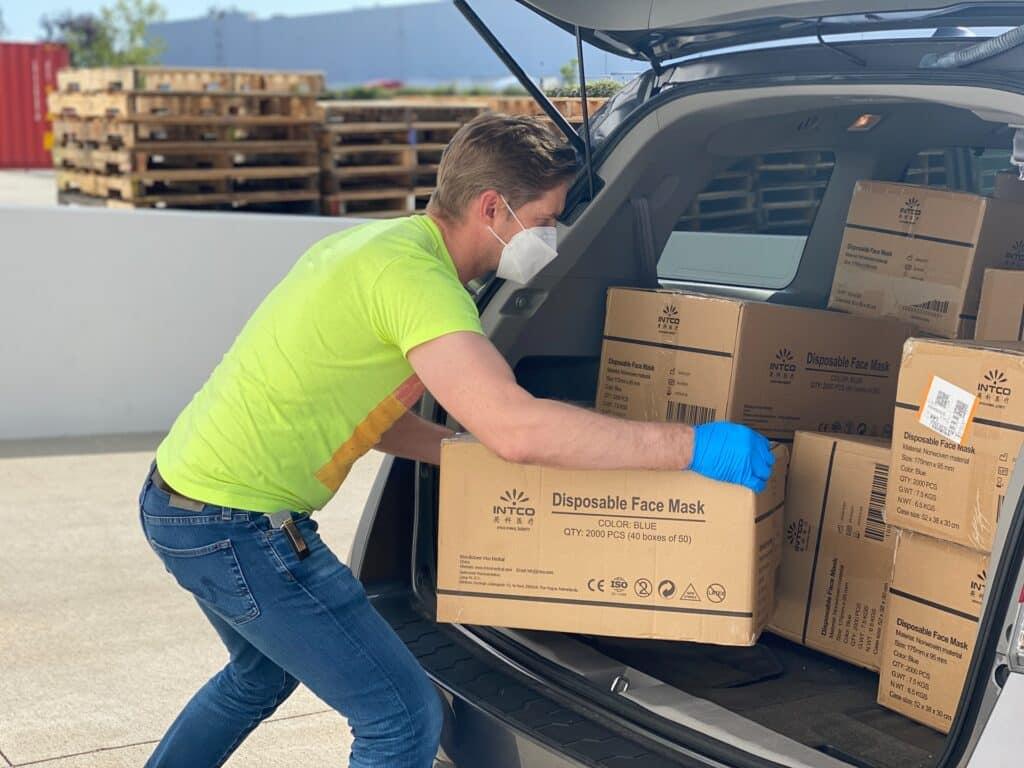 Radnik u agenciji pakuje kutije koje morate da spakujete za selidbu za jedan dan