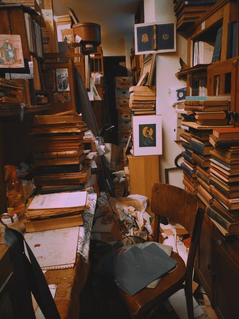 Kuća puna knjiga što može biti jedan od razloga da se rešite bespotrebnih stvari