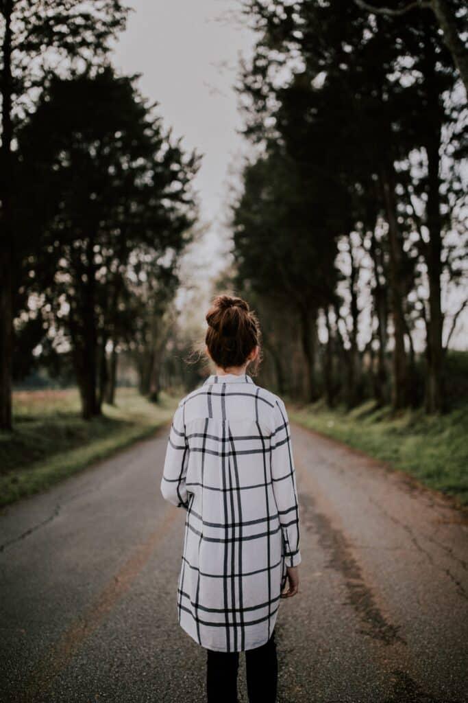Žena pred otvorenim putem koji Vas čeka kada se selite u inostranstvo