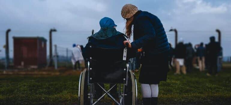 Starija osoba u invalidskim kolicima