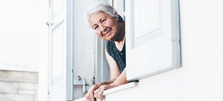 Starija žena na prozoru