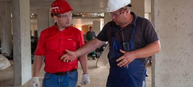 Radnici zaključuju da je vreme za odnošenje šuta.