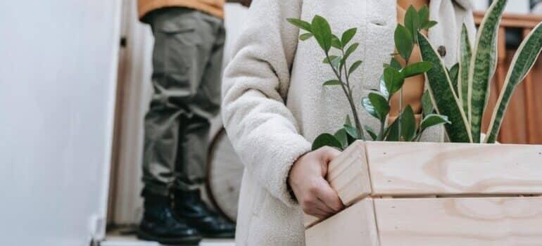 Žena nosi cveće