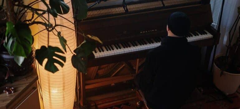 Čovek svira klavir
