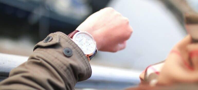 Čovek gleda na ručni sat