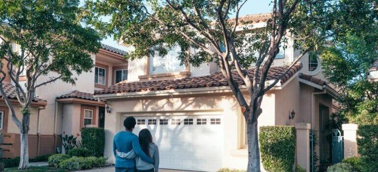 Par ispred nove kuće