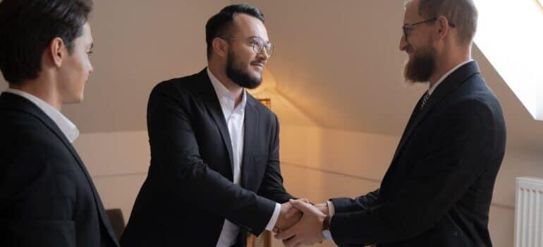 Dva muškarca se rukuju
