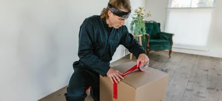 Čovek lepi kutiju za selidbe