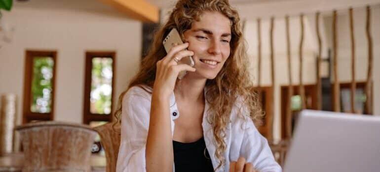 Žena telefonira
