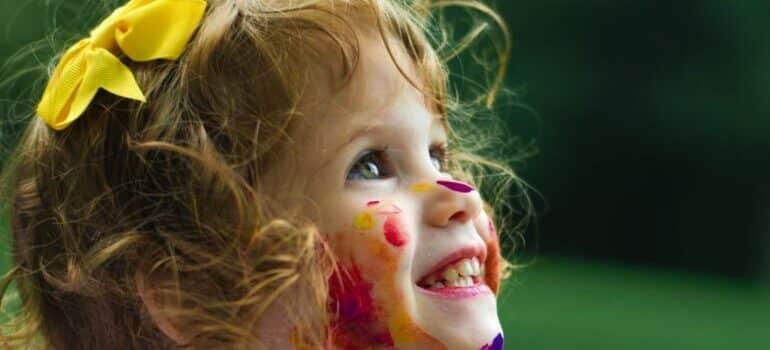 Devojčica umazana bojama