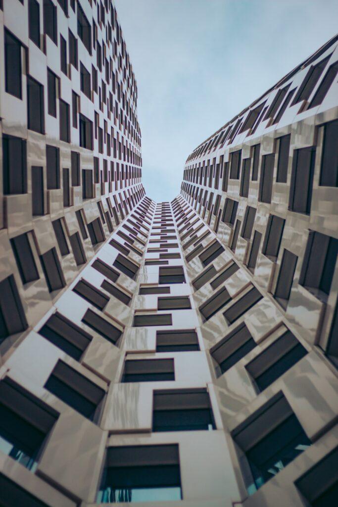 Centar grada sa visokim zgradama zbog čega može biti malo teže organizovati selidbu ali profesionalno pakovanjej pre selidbe u Beograd može pomoći