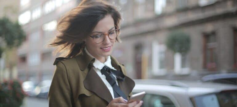 Nasmejana žena čita poruku