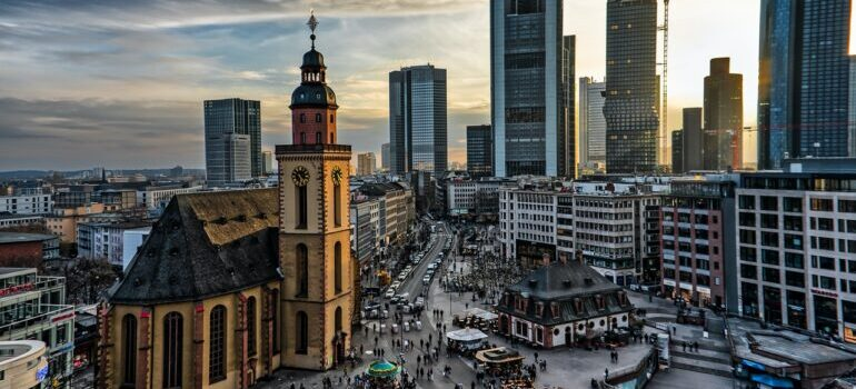 Birajte naš kombi prevoz Frankfurt Beograd