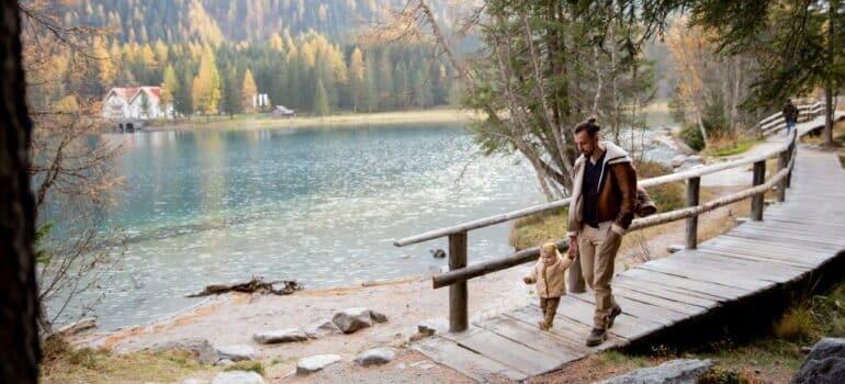 Šetnja oca i sina pored reke