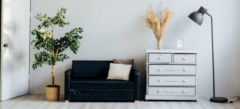 Komoda i kauč