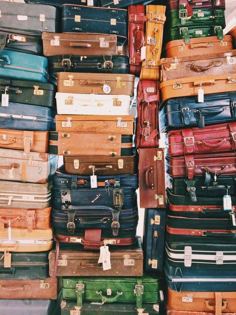 Brdo starih kofera koje možete izbeći ako unajmite profesionalno pakovanje pre selidbe