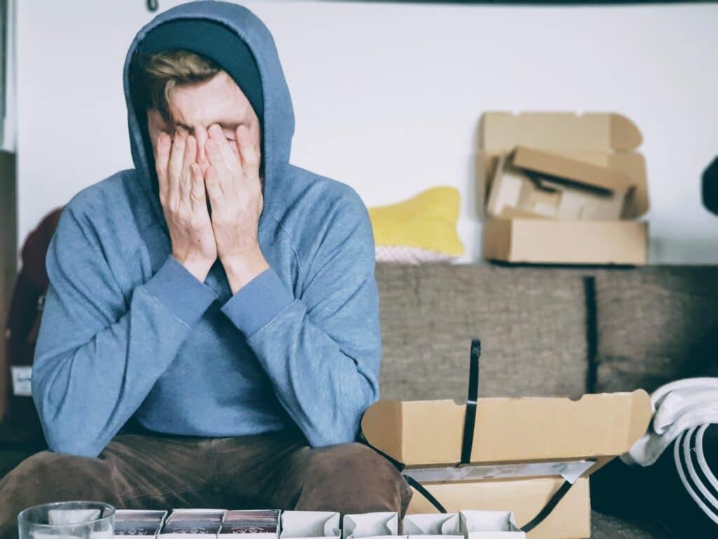 Mladić pod stresom zbog pakovanja što je dobar razlog da se psihički pripremite za selidbu i izbegnete stres
