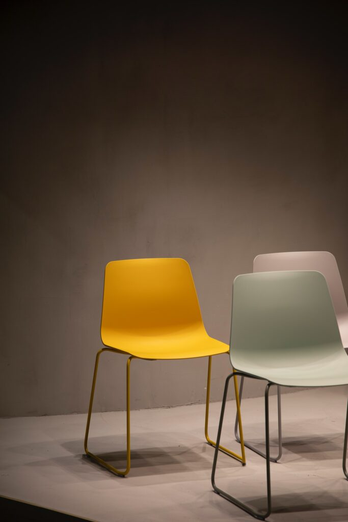 Stolice neobičnog dizajna koje pokazuju da nije lako spakovati nameštaj za selidbu u Nemačku