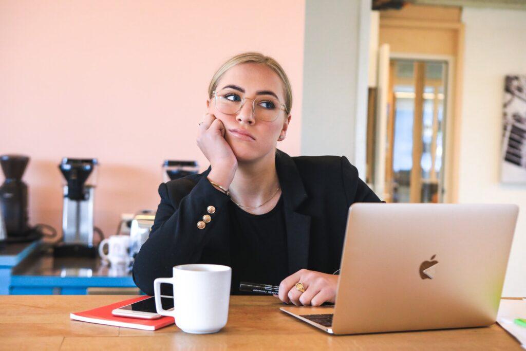 Žena u kancelariji smišlja pitanja koje treba da postavite agenciji za selidbe pre nego sto je angažujete