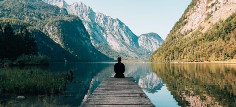 Čovek u prirodi meditira