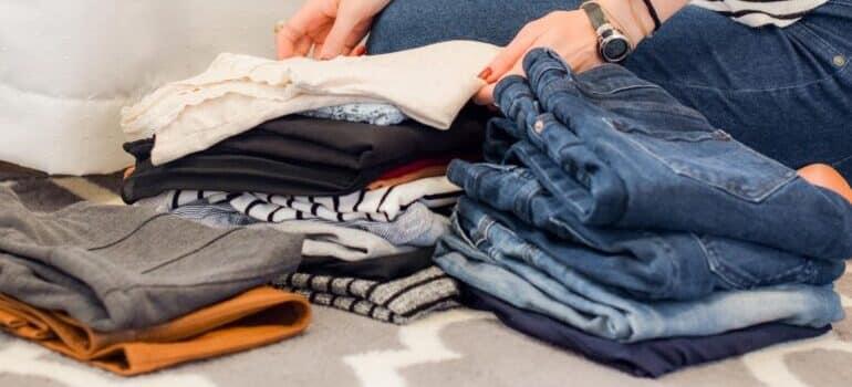 Devojka pakuje odeću