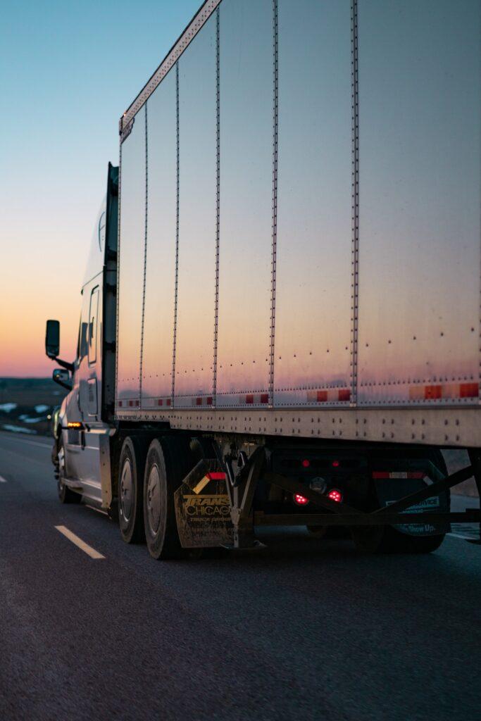 Veliki kamion koji predstavlja samo jednu od prednosti selidbe kamionom