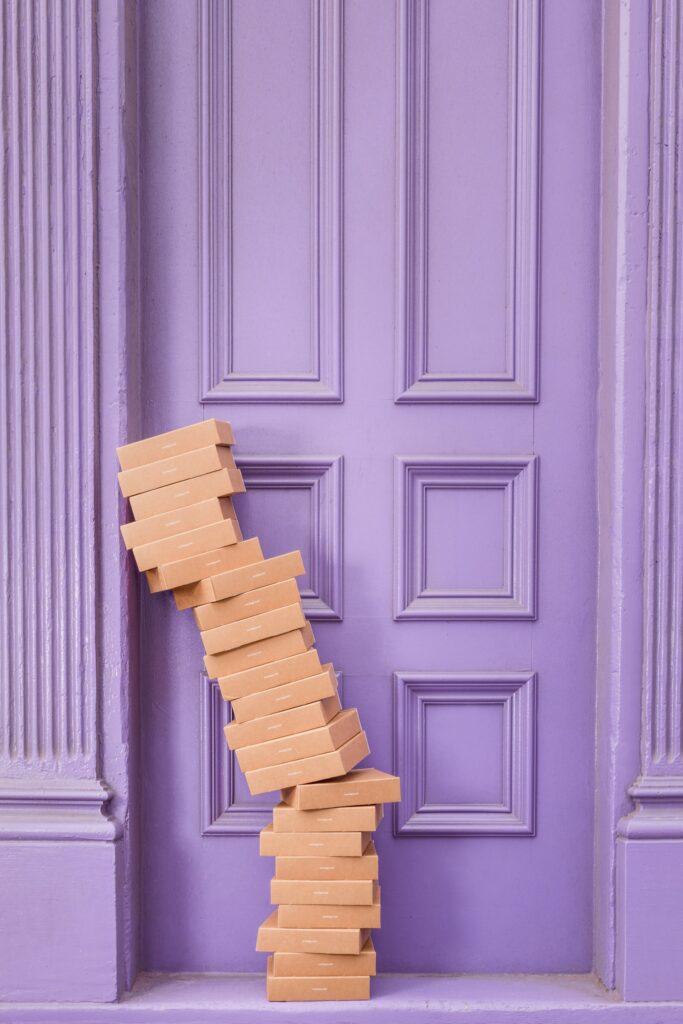 Gomila kutija koja dovodi u pitanje šta je bolje - pakovanje za selidbu u sopstvenoj režiji ili profesionalno pakovanje