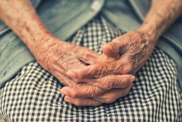 Ruke starice koje pokazuje da morate pomoći starijima da se presele u Beogradu