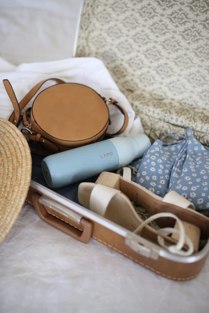 Kofer nabacanih stvari koji pokazuje da možete da sePreselite se sa Savskog Venca na Stari Grad