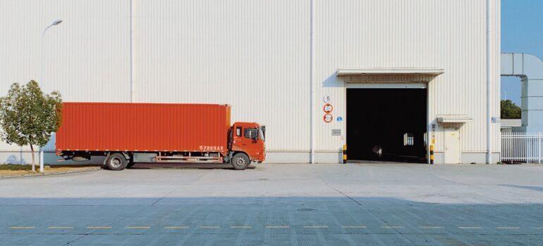 Kamion ispred stovarišta