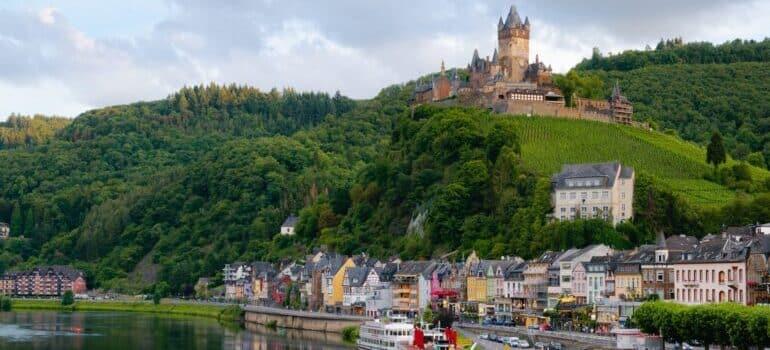 Dvorac na brdu i grad u podnožju u Nemačkoj