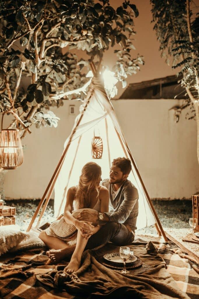 Dvoje u sobi pod šatorom koji izgleda kao dom koji ćete i Vi imati ako započnite zajednički život brzo i lako