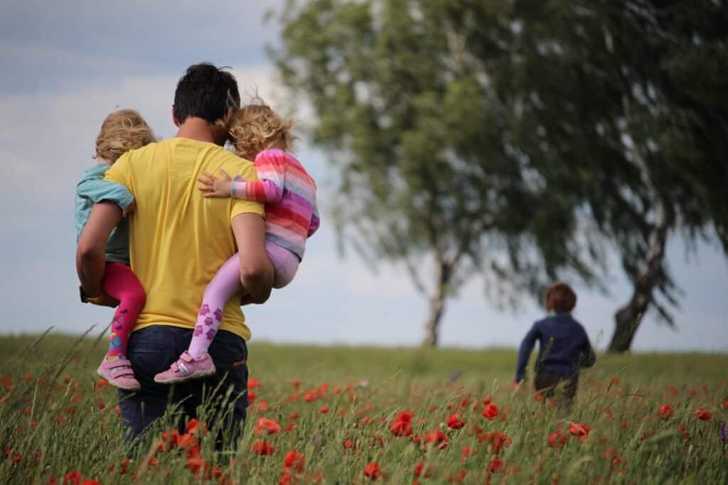 Srećna porodica nakon selidbe što je dobar razlog da se preselite iz Nemačke u Srbiju sa decom