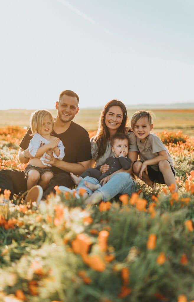 Srećna porodica koja pokazuje da nije teško da se Preselite se u BIH sa porodicom